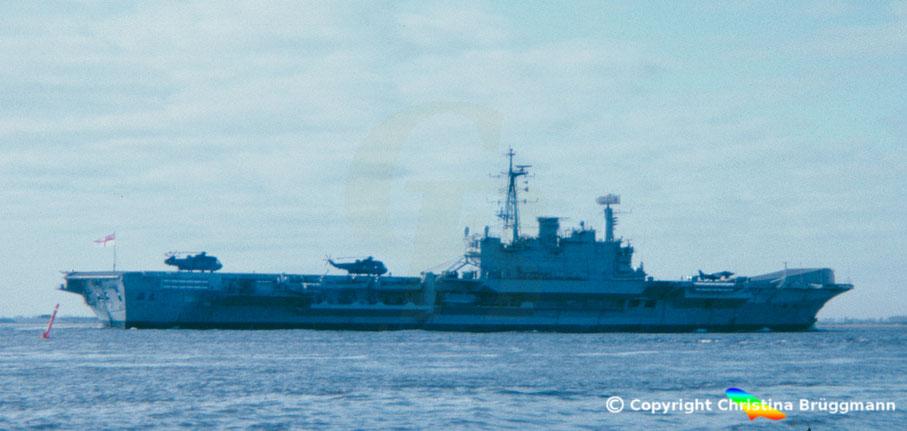 Flugzeugträger HMS HERMES R12 nach Besuch in hamburg auf der Elbe 19983