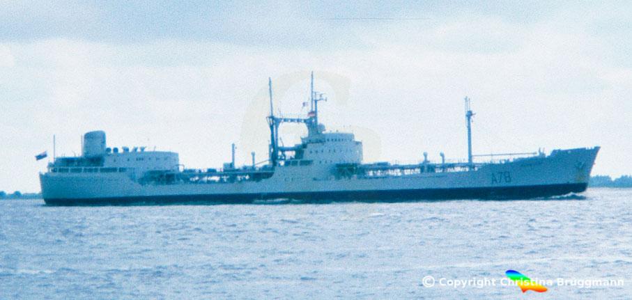 Versorgungstanker Royal Fleet Auxillary RFA PLUMLEAF A78 nach Besuch in Hamburg auf der Elbe 1983