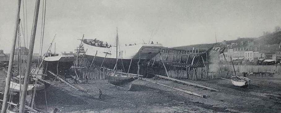 A  basse-mer, les préparatifs, au chantier le Chevert à Binic de deux lancements à gauche un sloup de cabotage et au milieu la goélette la Mascotte, la goélette va glisser sur sa savate sous la quille et avec une glissière sous son flanc tribord