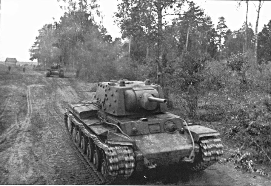 Après l'invasion de la France, le char lourd KV-1 soviétique devient la cible à abattre