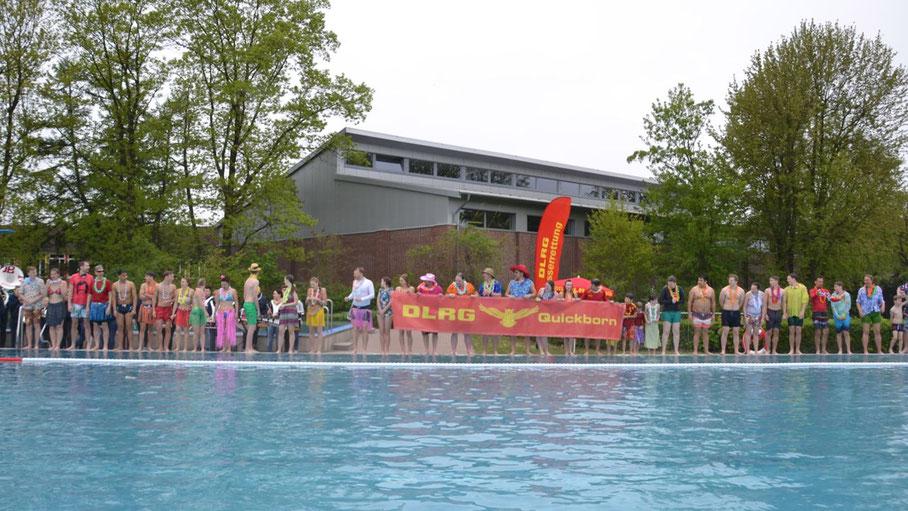 Zur offiziellen Eröffnung hüpften die fröhlich kostümierten DLRG-Mitglieder vom Beckenrand ins warme Wasser
