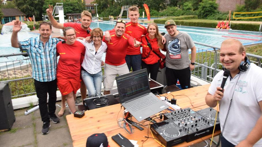 Die Mitarbeiter der Stadtjugendpflege und der DLRG freuten sich über die erste Poolparty