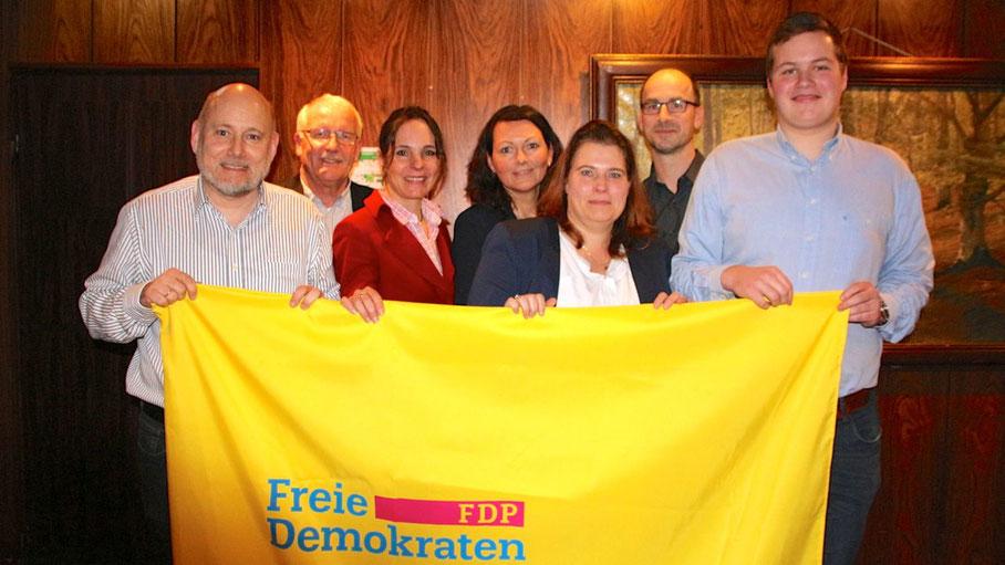 Die Listenkandidaten: Thomas Beckmann (Platz 4), Günther Hildebrand (Bürgermeister von Ellerbek, Versammlungsleiter), Annabell Krämer (1), Friederike Rübhausen (5), Ines Glatthor (3), Jürgen Scharley (2) Max Meyer-Breckwoldt (7).