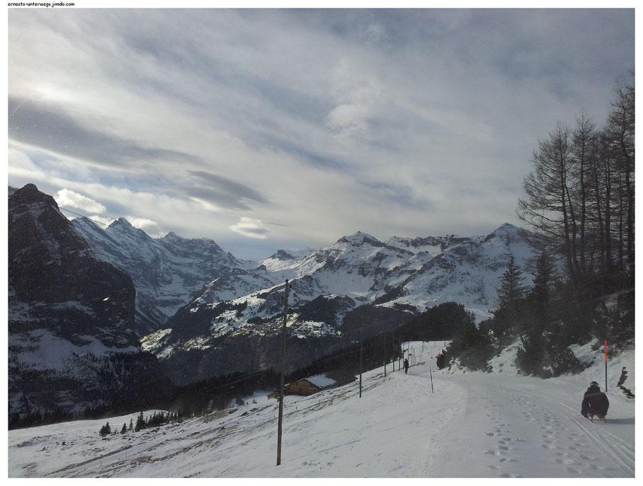 Blick zum Lauterbrunnental und die umliegenden Berge