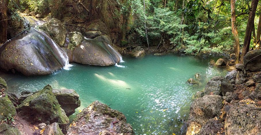 So menschenleer ist der Erawan Wasserfall nur, wenn der Parkranger die Schließung des Parks ausruft.