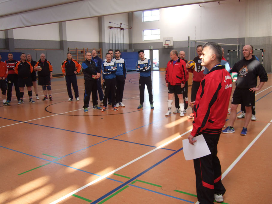 KVA-Vorsitzender Uwe Sierig begrüßt die Mannschaften