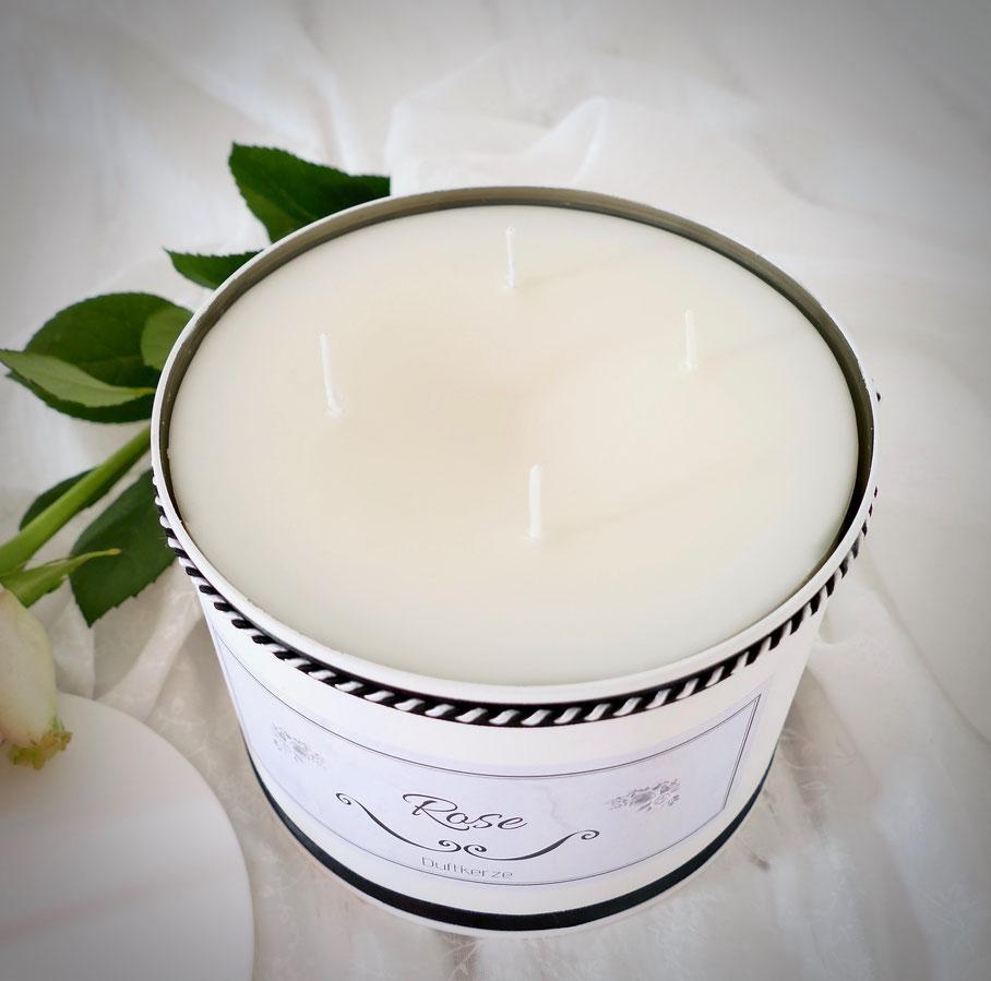 Weisse Kerze in einer beschrifteten Dose schwarz weisse Kordel