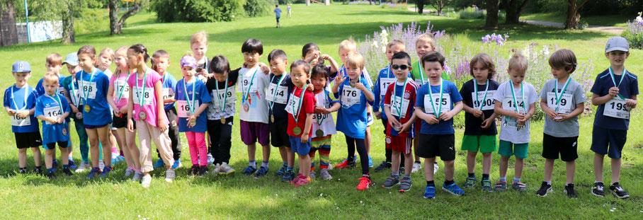 """..durften sich über Medaillen freuen - die Bambinläufer des 5. Gartenschauparklaufs :-))  .... weitere Fotos unter """"Galerie"""""""