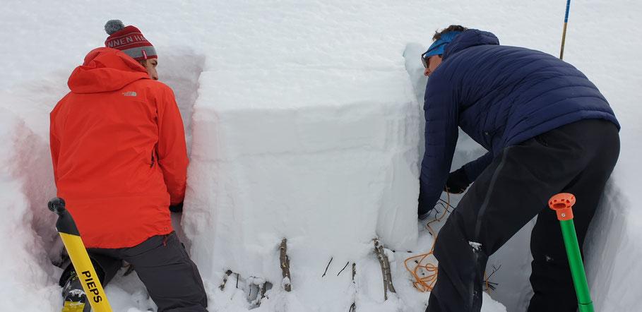 Een ECT (Extended Column Test) wordt uitgegraven. Hiermee test je de stabiliteit van het sneeuwdek en in hoeverre een breuk in een zwakke laag zich voortplant.
