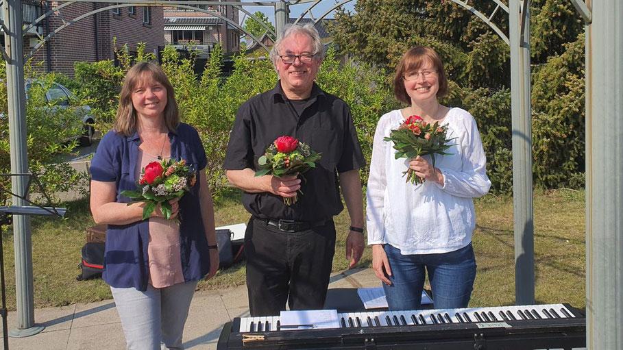 Brachten den Heimbewohnern Freude ins Haus: Christiane Moriconi (Geschäftsstelle), Musikschulleiter Lorenz Jensen (Trompete) und Anna Milewska (Klavier)