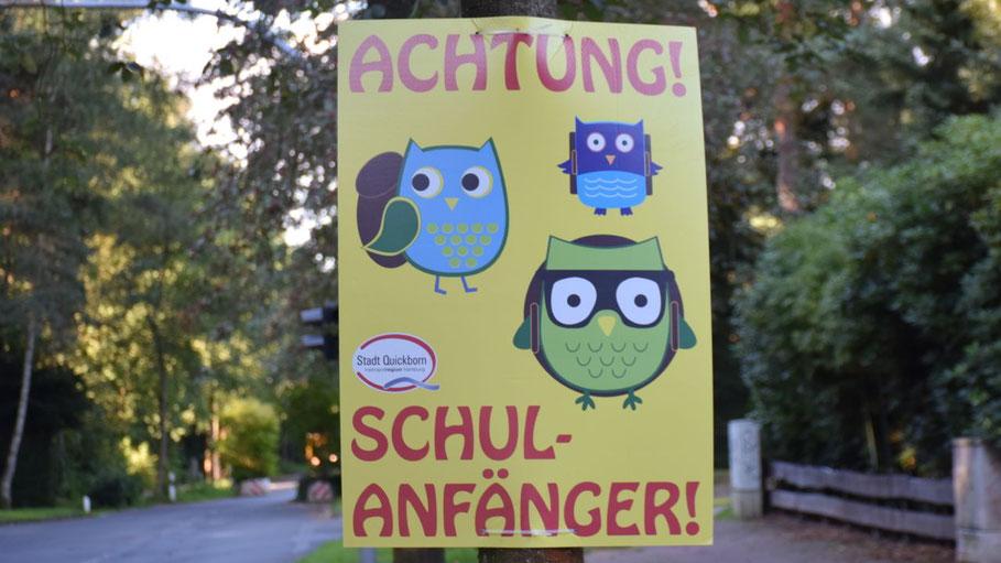 Mit Plakaten erinnert die Stadtverwaltung die Autofahrer an den Beginn des neuen Schuljahres.