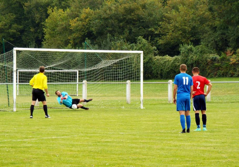 45ème+4 : suite à une main, pénalty sifflé en faveur de Flixecourt; Grégory Lecompte part du bon côté et repousse le ballon