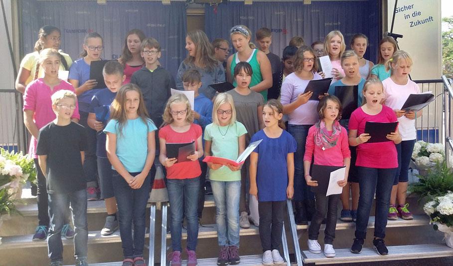 Der Chor singt vor dem Rathaus