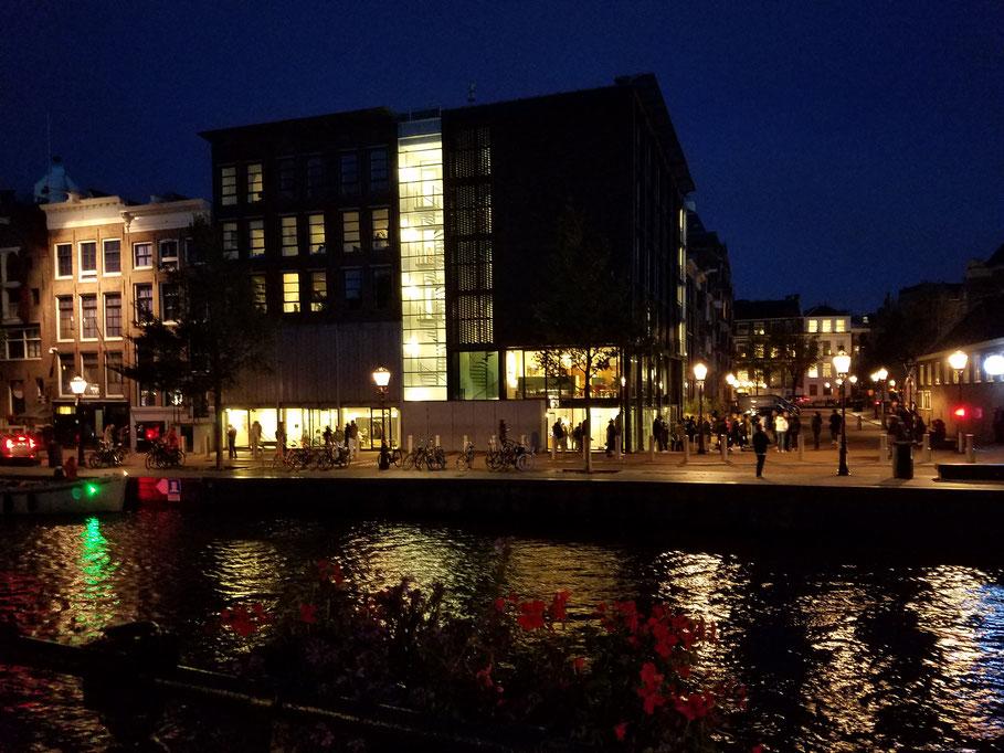 Anne Frank-Haus mit Museum von der gegenüberliegenden Uferseite aus
