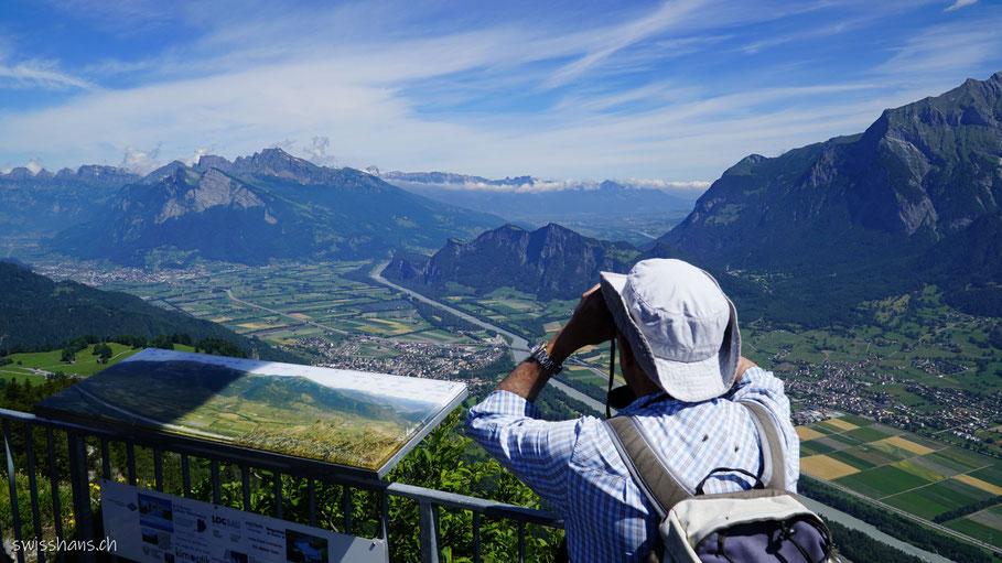 Aussicht auf das Tal und den Gonzen auf der Aussichtsplattform auf dem Pizualun