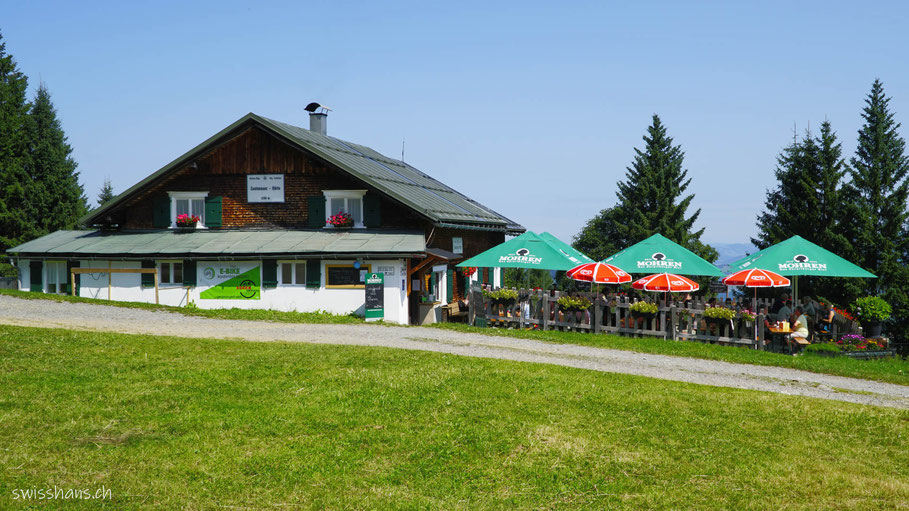 Die Lustenauer Hütte im Sommer mit Gartenrestaurant