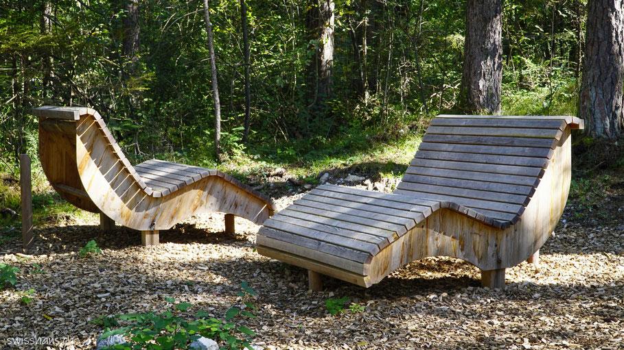 Liegen aus Holz auf dem Walderlebnispfad Vaduz
