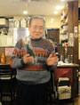 日本で唯一の完全非加熱ハイテク地酒「おきらく」(未発売)を披露するSさん