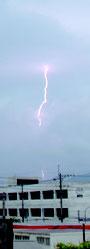 午前10時過ぎごろ雷が市内で雷が鳴った=6日、石垣市石垣