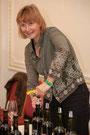 susann hanauer schenkt wein aus, entkorkt eine weinflasche