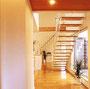 2階へとつながる階段もスケルトン式で製作し、一体感のある居住空間を実現しています。