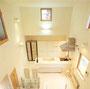 キッチンと背面の収納棚はオリジナルで製作。上部の小窓がアクセントです。