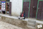 alter Mann mit Gebetsmühle