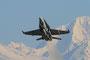 Start einer Hornet vor den schneebedeckten Bergen.