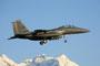 Nach einem nächtlichen Einsatz landet diese F-15E in der Morgensonne.