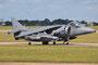 Gänzlich ohne Markings und schwer behangen rollt dieser Harrier zum Start.