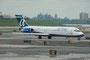 Boeing 717 der Airtran. Links im Hintergrund die Gefängnisinsel Rikers Island.