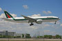 Die großen europäischen Airlines, wie hier Alitalia mit Boeing 777-200, bedienen Miami regelmäßig.