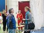 Manja Berger im Gespräch mit Udo Wiescke (Trainer bei der LG Vogtland). Im Hintergrund die Geherinnen im Call-Room