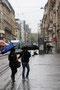 Traversée à deux sous la pluie, rue Saint-Jean, Nancy