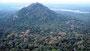 Blick vom Simba Giri auf den 200 m hohen Pindurangala Felsen...