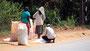 Familie füllt ihren getrockneten Reis in Säcke ab