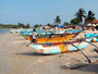 Fischerboote am Strand von Trincomalee ...