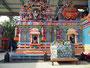 Im Hindutempel ist es sehr bunt ...