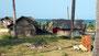 Subsistenzhütten am Strand von Nivalevi