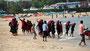Selfies- Ausflügler am Strand von Trincomalee