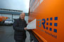 Aus REB wird Technische Betriebe Remscheid (TBR). Frank Ackermann klebt das neue Logo auf ein Dienstfahrzeug