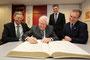Ministerpräsident a.D. Bernhard Vogel trägt sich ins Goldene Buch der Stadt Wermelskirchen ein.