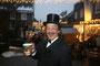 Heinz Faust und seine Feuerzangenbowle auf dem Weihnachtsmarkt 2013 in Hückeswagen