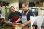 Frank Hoffmann - Zerspannungstechnik - Einzel & Sonderdrehteile: Frank Hoffmann (rechts) und sein Mitarbeiter Frank Leicht mit einer aus Kupfer gedrehte Schweißrolle