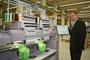 Geschäftsführer Michael Hoffmann von Ritter Elektronik an einer ZSK Stickmaschine