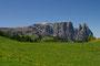 Seiser Alm in den Dolomiten mit Blick auf den Schlern