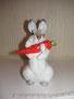 Заяц с морковкой  1950 г. Е.И. Чарушин, Е.Н.Лупанова. Роспись надглазурная полихромная,  высота 12,5 см. Марка: ЛФЗ синяя.