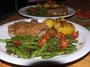 Schweinskotelett mit Zwiebel-Senf-Kruste, Grüne Bohnen mit Speck und Tomaten