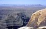 Blickvon Muley Point über den San Juan River auf's Monument Valley (im Dunst)