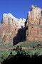 Typisch für die Geologie des Zion NP: roter Navajo Sandstone mit einer hellen Kalksteinschicht als 'Deckel'